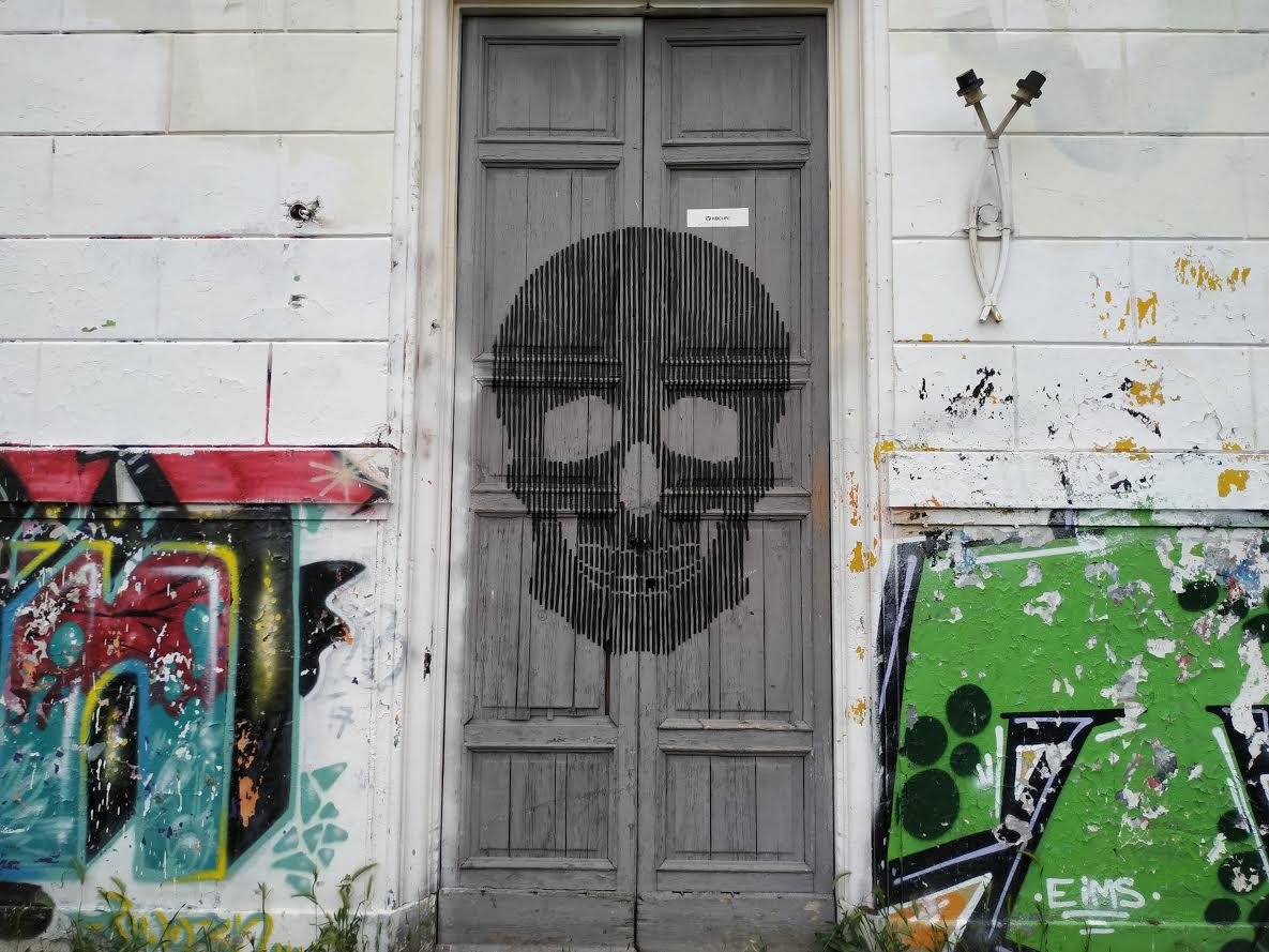 skull on door - villaggio globale